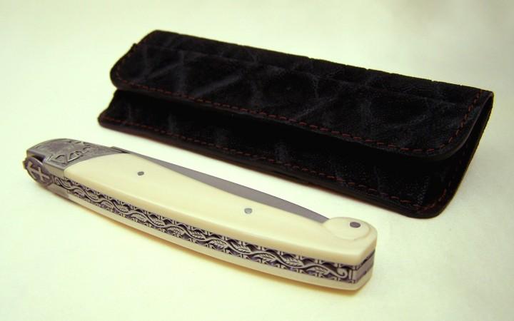 Couteau CL01 motif sagittaire ressort forgée ciselé manche ivoire de mammouth