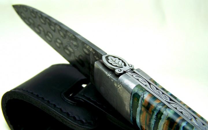 Couteau lame damas forgée manche molaire de mammouth ciselé feuilles de chêne