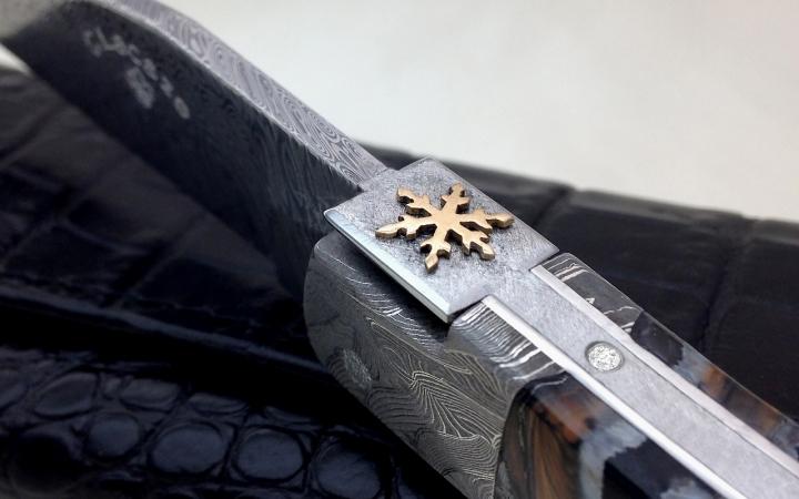 Couteau Laguiole etoile des neiges or massif et diamant manche molaire de mammouth mitres  damas