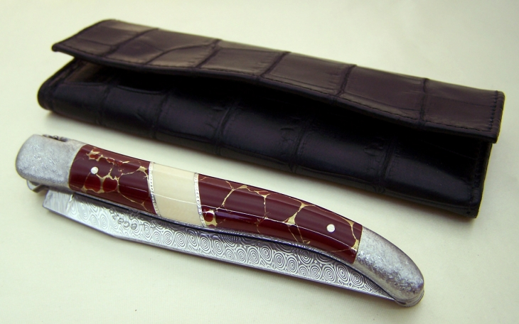 Couteau Laguiole jaspe or argent et ivoire de mammouth ressort avec rubis et abeille cisele main
