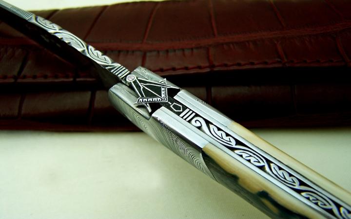 couteau laguiole lame et mitres damas ivoire mammouth motif compagnon-sertie diamant