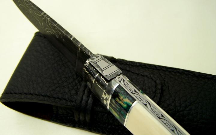 Couteau d'art CL01 ressort ciselé tour d'échec et manche ivoire de mammouth