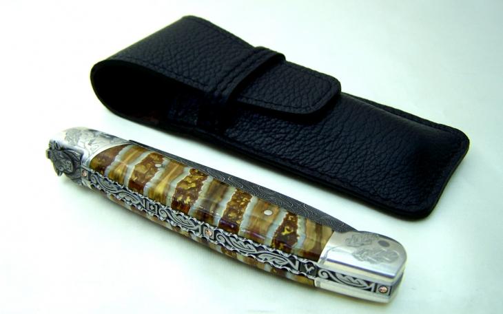 Couteau d'art lame damas ressort ciselé tour echec manche ivoire argent et molaire de mammouth