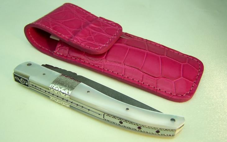 Couteau Laguiole nacre argent penthere lame damas clef de sol cisele et sertie de 3 rubis