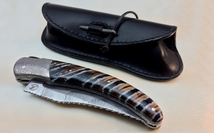 Couteau d'art corse lame damas manche molaire de mammouth tete de maure platines ciselee feuilles
