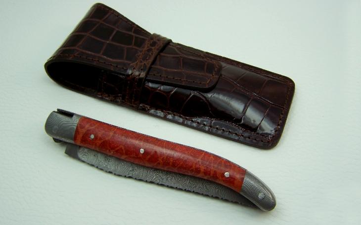 Couteau Laguiole corail rouge mitres damas ciselage tète de chouette sertie de ruby