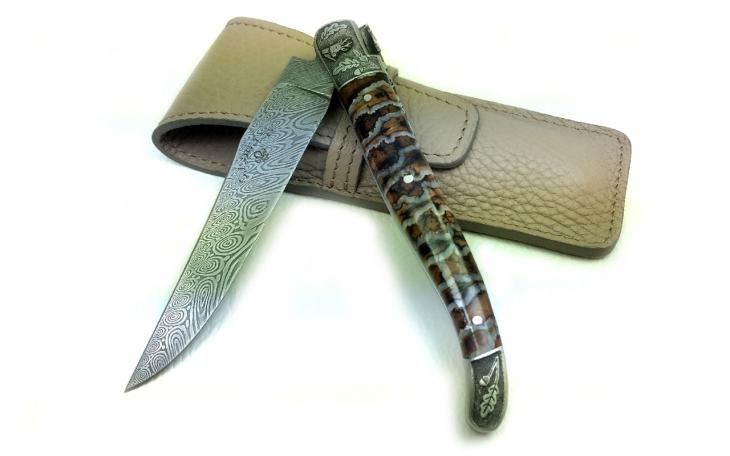 Couteau Laguiole lame damas manche molaire de mammouth ressort et mitres ciselé chevreuil et sanglier