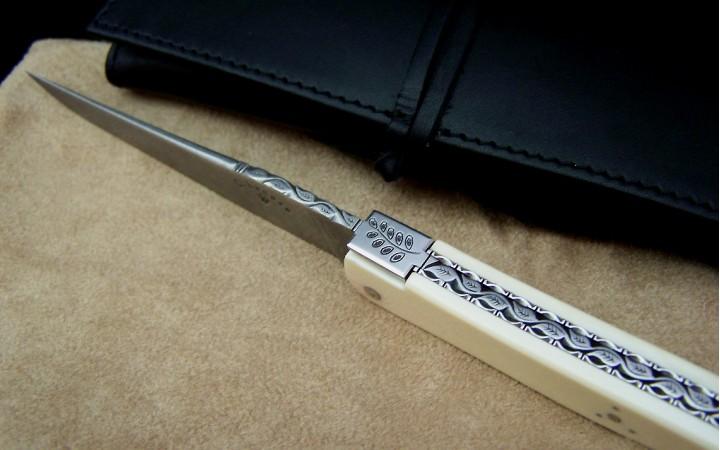 couteau Laguiole damas inox et feuille d'accacia ciselé manche ivoire