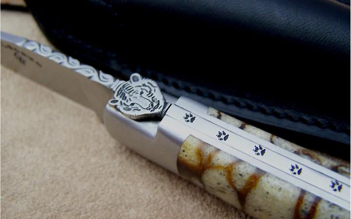Couteau Laguiole 12 cm corail tigre lame cisele de feuilles et de trace de pas